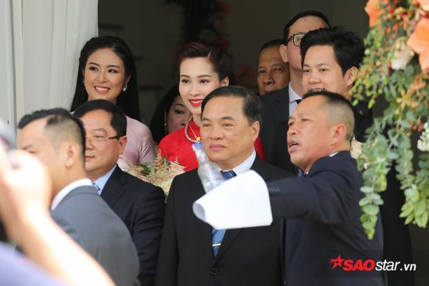 Cuối cùng, thần tiên tỷ tỷ Đặng Thu Thảo cũng đã xuất hiện, tay trong tay hạnh phúc bên chú rể Trung Tín cực điển trai!