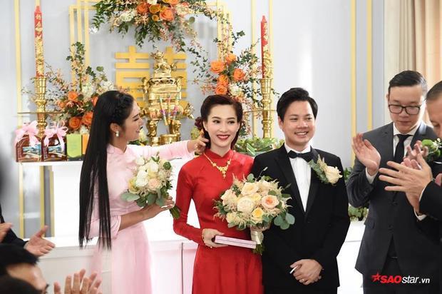 Ảnh hiếm hoi: Cận cảnh lễ rước dâu của Hoa hậu Thu Thảo và Trung Tín trong tư gia sang trọng