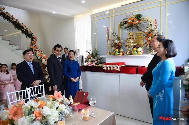 Bố mẹ Thu Thảo và bố mẹ Trung Tín làm lễ cùng họ hàng hai bên.