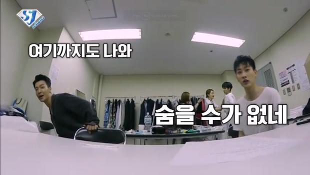 DongHae và Eunhyuk hài hước, tò mò khám phá chiếc máy quay.
