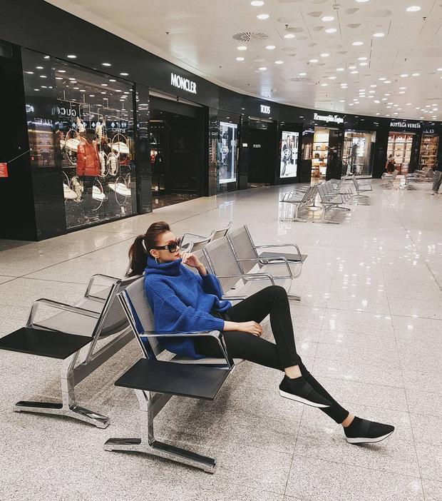 Đơn giản là thế nhưng với đẳng cấp siêu mẫu, Thanh Hằng vẫn biết cách làm cho mình toả sáng. Đơn cử là màn mix&match áo sweater oversize cùng quần skinny jeans màu đen.