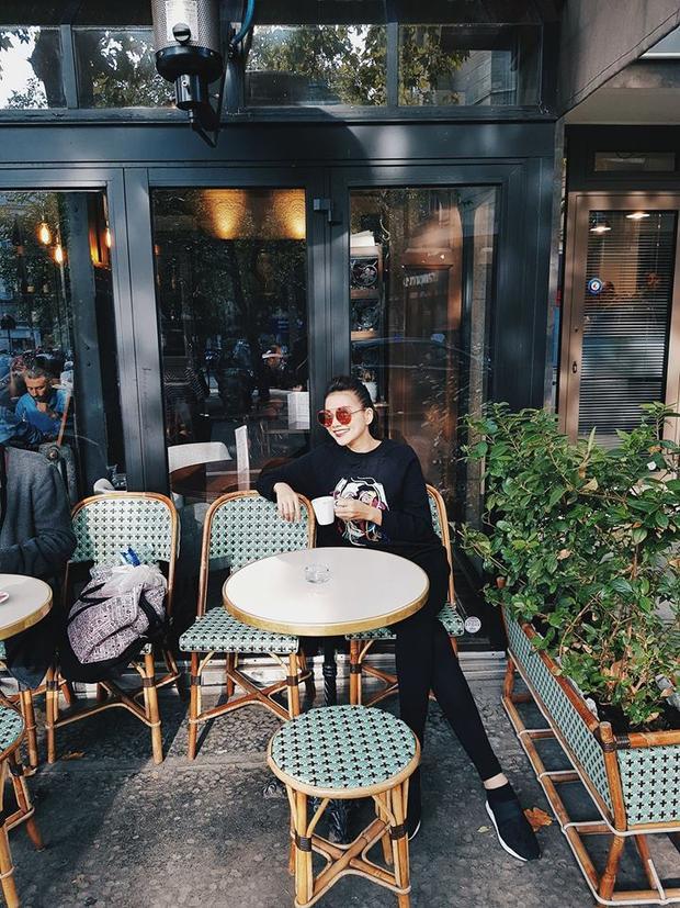 Dạo phố hay nhâm nhi cafe, Thanh Hằng vẫn khiến người xem xuýt xoa bởi gout thời trang không-đối-thủ.