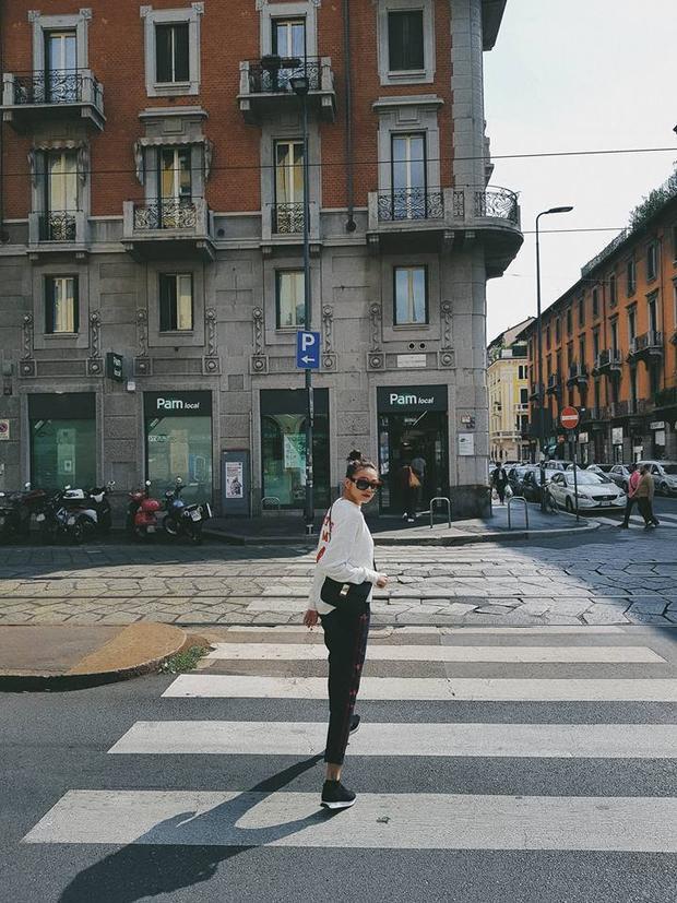 Trên đường phố, chân dài người Việt nổi bật với trong cách năng động, khoẻ khoắn.