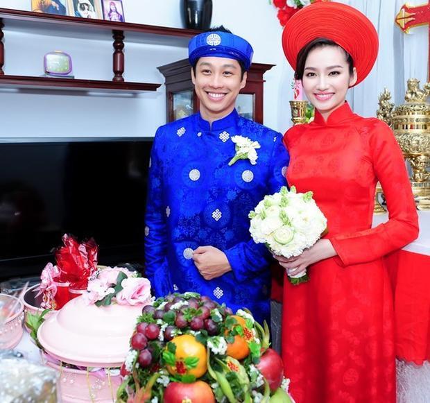 Trong lễ rước dâu, Trúc Diễm mặc áo dài khăn đóng bằng gấm đỏ gọn gàng, thêu họa tiết chữ triện cổ truyền. Phom áo ôm sát và cách may chiết ly ở ngực tôn nét gợi cảm của người mẫu sinh năm 1987.