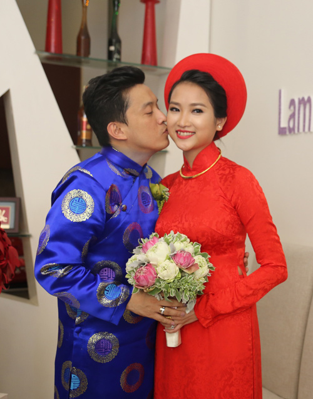Vợ 9X của Lam Trường - Yến Phương - cũng chọn áo dài gấm nền nã, dệt họa tiết hoa chìm.