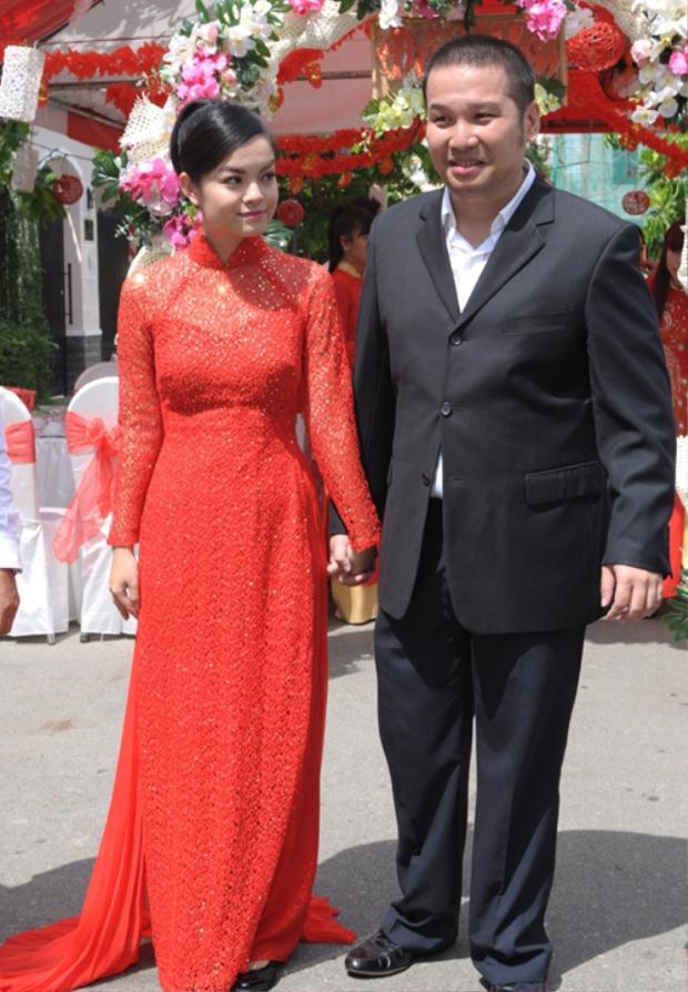 Cũng ưu ái chất ren đỏ nhưng Phạm Quỳnh Anh lại chọn thiết kế có điểm nhấn sequin phủ đầy thân áo. Lớp tà trải dài thêm phần thướt tha càngkhiến diện mạo bà xã của Quang Huy nổi bật trong ngày vu quy.