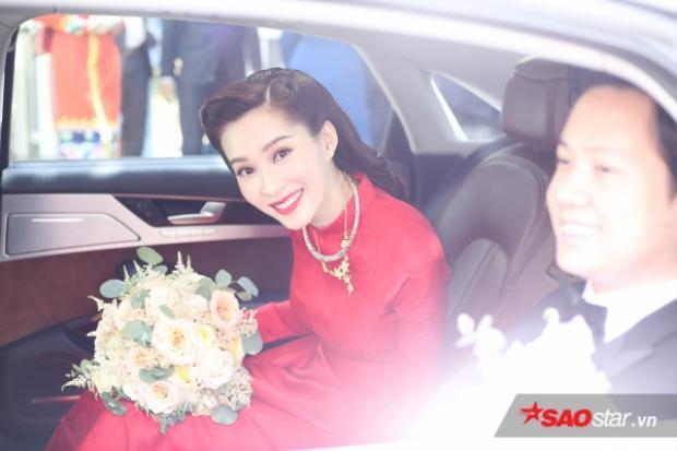 Đi kèm trang phục bắt mắt là son đỏ kinh điển, cùng kiểu tóc cột thấp theo phong cách người Hà Nội xưa, đã mang lại vẻ hoài cổ phù hợp với hình ảnh, tính cách của cô dâu.