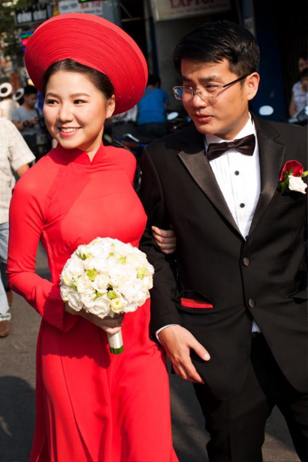 Ông bà ta quan niệm, áo dài đỏ không chỉ tôn vinh nét truyền thống của cô dâu Việt, mà còn chứa đựng thông điệp ngầm về sự may mắn, sung túc mai sau. Vì vậy, cựu thành viên nhóm H.A.T - Ngô Quỳnh Anh - khó có thể chọn màu sắc nào rạng rỡ hơn.