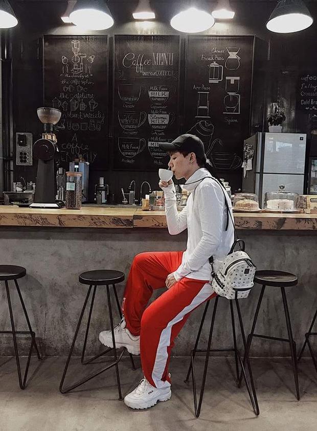 """Hay quần đỏ sọc trắng ăn nhập cùng áo thun trắng. Anh theo kịp xu hướng giày Fila đang """"làm mưa làm gió"""" trong cộng đồng Streetwear."""