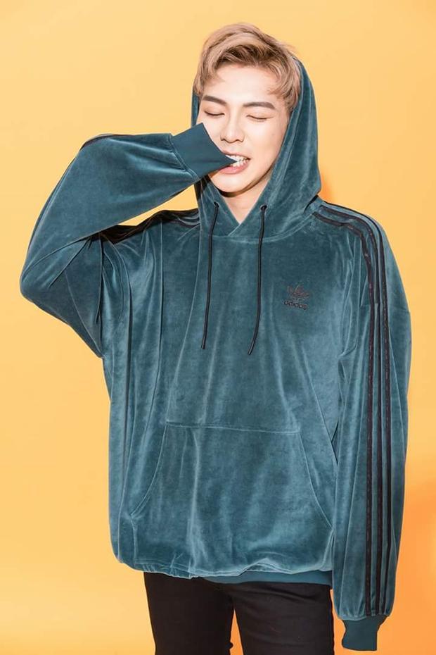 Đôi khi lại tinh nghịch với hoodie xanh chất liệu nhung của Adidas.