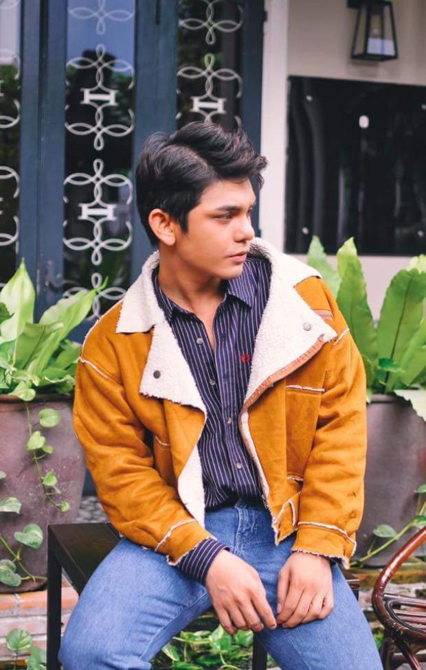 Hay chiếc áo khoác màu vàng da bò hơi hướng retro này chứng minh anh chàng rất thông minh khi phối cùng sơmi sọc dọc, kết hợp jeans tông xanh sáng.