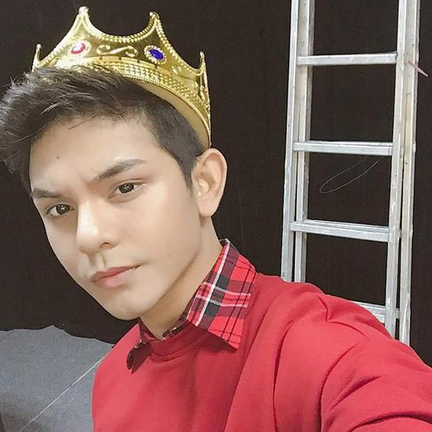 """… thì Sơn Ngọc Minh lại mang đến hình ảnh """"hoàng tử"""" lịch lãm với cách phối layer phần cổ sơmi cùng sweater tông đỏ."""