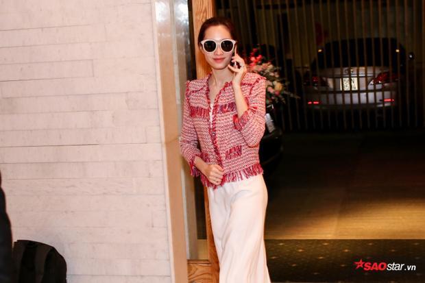 Hoa hậu Việt Nam 2012 khá bận rộn với các cuộc điện thoại liên tục.