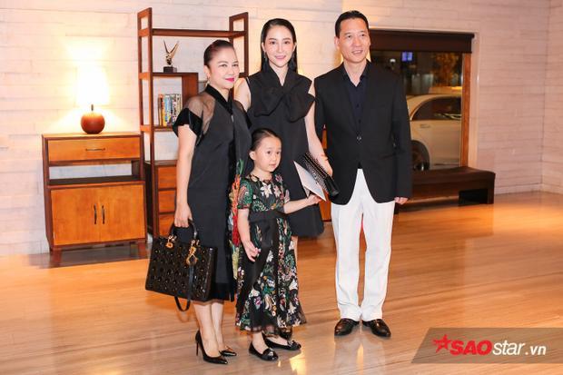 """Linh Nga đi dự tiệc cùng bố mẹ và """"công chúa nhỏ""""."""