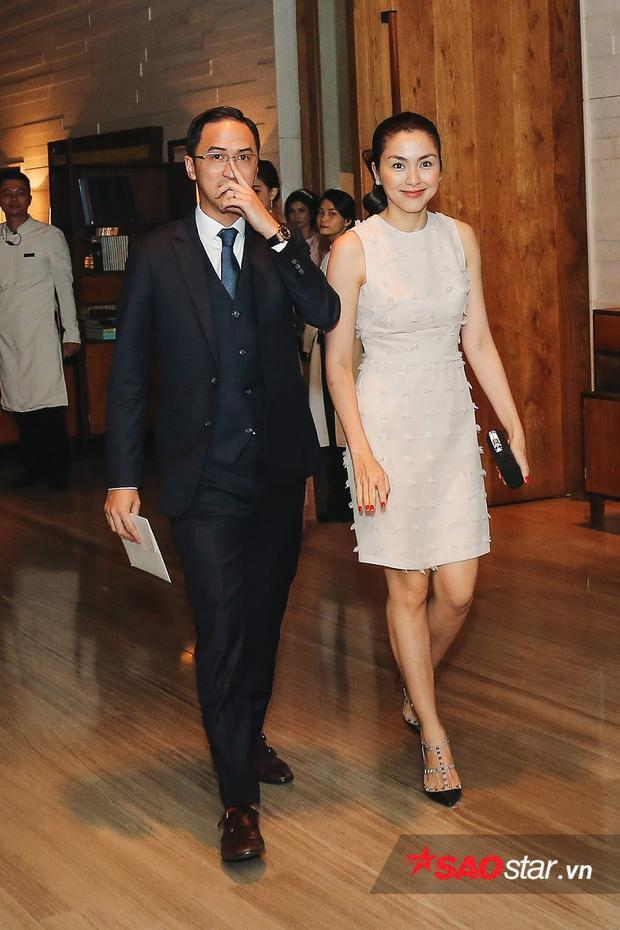 Hai vợ chồng nhanh chóng di chuyển về phía thang máy, tránh gây phiền hà cho những vị khách xung quanh.