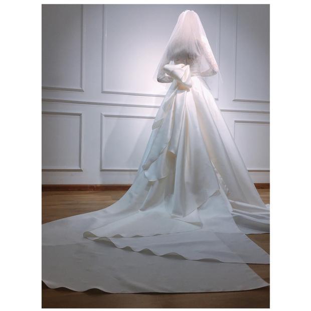 Phía sau váy cưới của Thu Thảo là tùng váy bồng bềnh và dài. NTK Lê Thanh Hòa đã dùng kỹ thuật xếp lớp 3D nhằm tạo hiệu ứng váy phồng nhưng vẫn đảm bảo độ mềm mại, uyển chuyển cho người mặc.