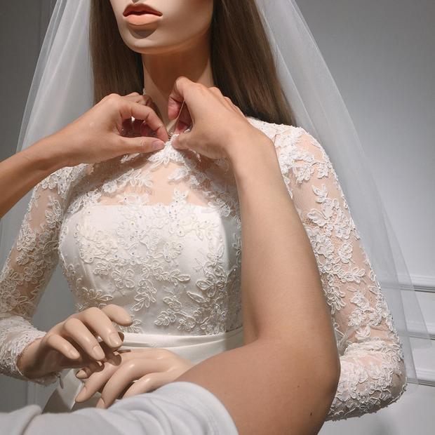 """""""Nhà thiết kế của các hoa hậu"""" cho biết thêm, bộ váy được thực hiện trong vòng một tháng và chỉnh sửa trực tiếp trên chính số đo cơ thể của Đặng Thu Thảo."""