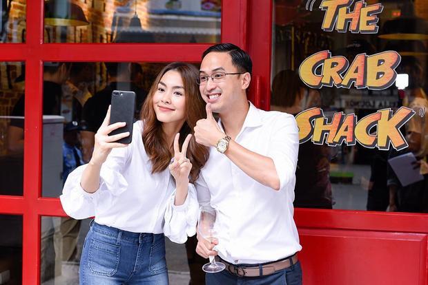 Cặp vợ chồng đình đám chuộng phong cách đơn giản. Giống với bà xã, doanh nhân Louis Nguyễn thường diện sơ-mi trắng khi tham gia các sự kiện của gia đình anh.