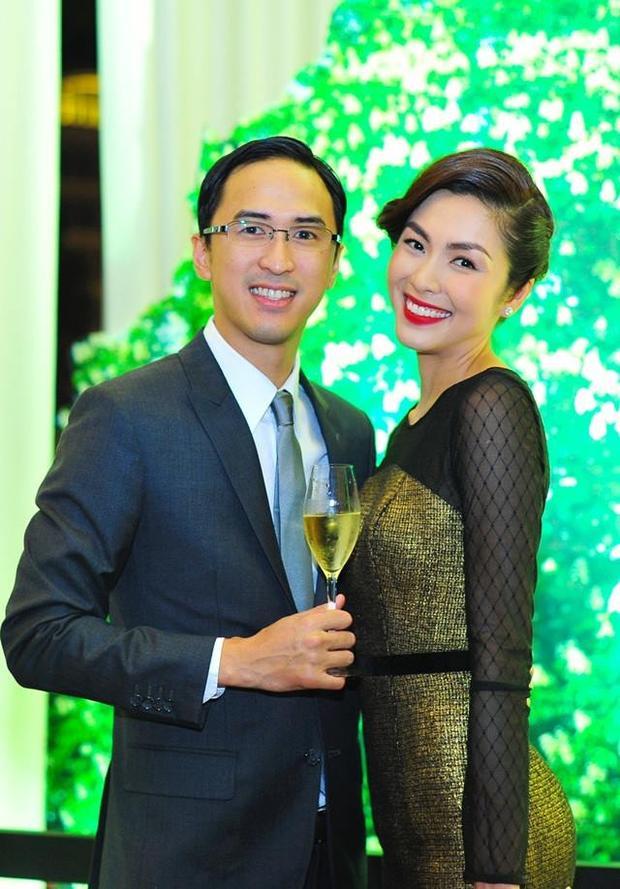 Thường xuyên xuất hiện cùng vợ trong các sự kiện lớn nhỏ, con trai củaJohnathan Hạnh Nguyễn luôn tạo cho mình hình tượng đẹp đẽ nhất với những bộ vest và caravat khá xuyệt tông.