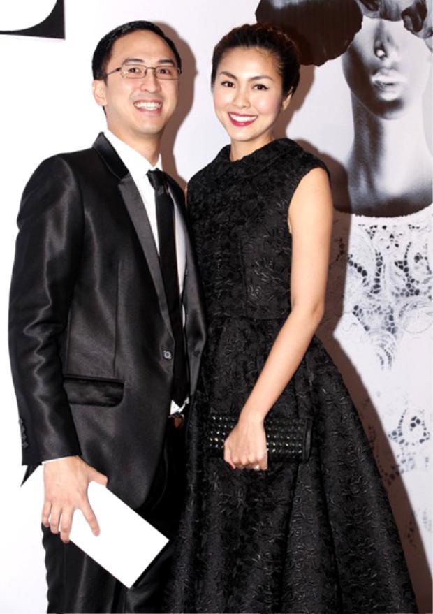 Luôn lựa chọn những trang phục ăn khớp nhất với vợ mình cả về màu sắc cũng như chất liệu vải khiến cả hai cùng tỏa sáng trong mọi sự kiện.