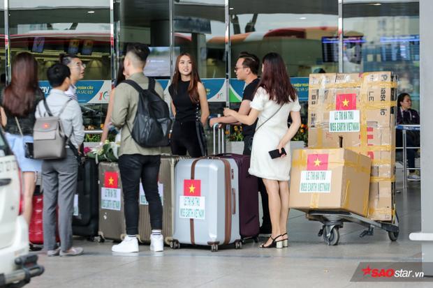 Ê-kíp của Hà Thu có ở sân bay Tân Sơn Nhất từ sớm.