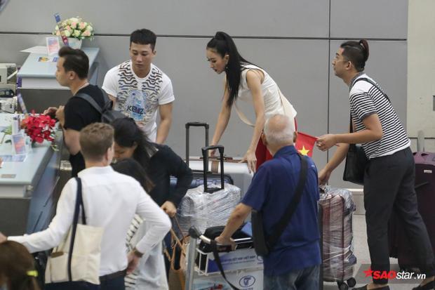 Người đẹp gặp một chút khó khăn vì khá nhiều hành lý phải mang theo.