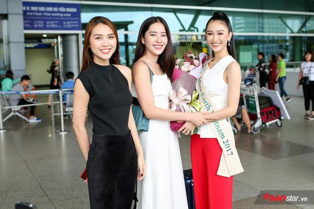 Nam Em và Tường Linh tặng hoa và chúc Hà Thu gặp nhiều may mắn tại Hoa hậu Trái đất 2017.