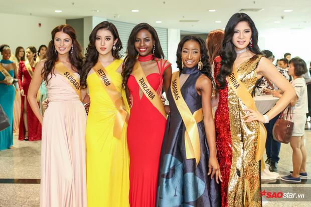Huyền My xuất hiện nổi bật bên dàn thí sinh Miss Grand International 2017.