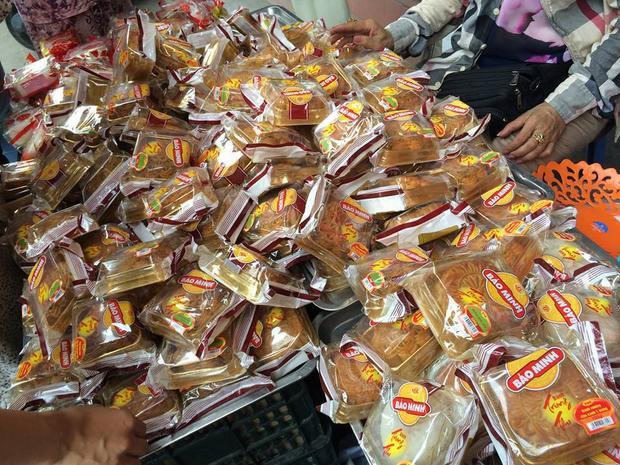 Hết Rằm, bánh Trung thu siêu rẻ bán đổ đống trong sọt vẫn tấp nập người mua