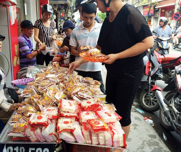 Sau Trung thu, bánh được bán với giá từ 10-30.000 đồng tùy từng loại bánh.