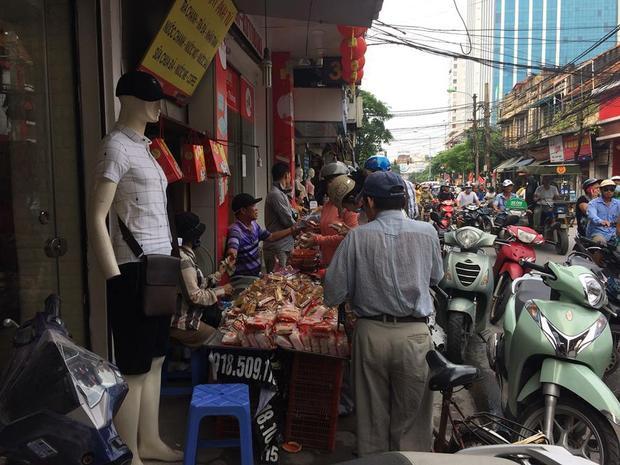 Rất đông người dân mua bánh Trung thu giá rẻ, đổ đống.