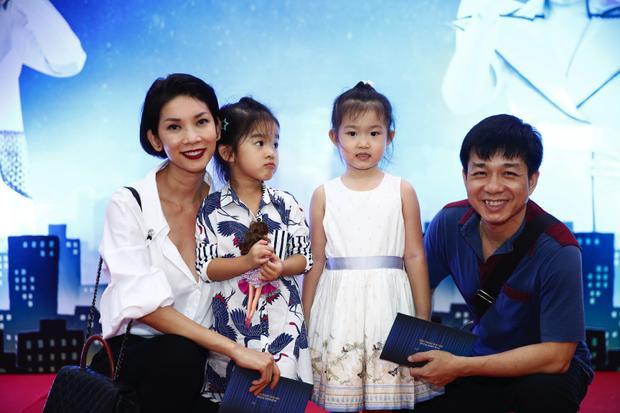 Sau khi công bố chuyện tình cá nhân nhạy cảm trên sóng truyền hình, Xuân Lan cùng con gái bất ngờ góp mặt trong buổi diễn đầu tiên của vở kịch.