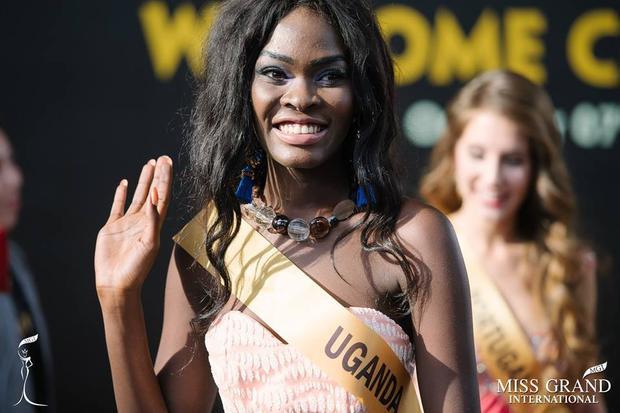 """Một nhan sắc vào top """"xấu lạ"""" khiến người xem phải """"mắt tròn mắt dẹt"""". Cô đến từ Cộng Hòa Uganda, hiện đang làm việc cho chính quyền Uganda. Và, tất cả nhan sắc cô chinh chiến tại Miss Grand International năm nay là khuôn mặt vuông cứng, chiếc mũi gãy, đôi gò má cao và một mái tóc rối bù."""