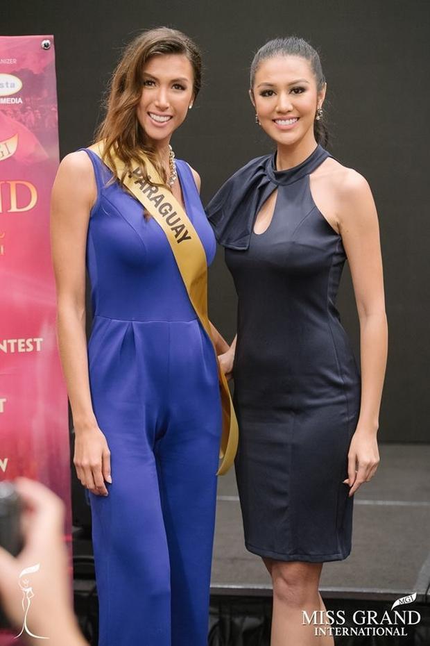 Chiều cao khá nổi bật, số đo 3 vòng chuẩn nhưng đại diện Paraguay (trái) cũng không được lòng công chúng bởi cô có khuôn mặt quá dài cùng hàm răng hô.