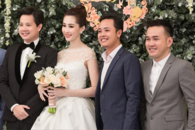 NTK vui vẻ bên cạnh cô dâu và chú rể trong ngày cưới.