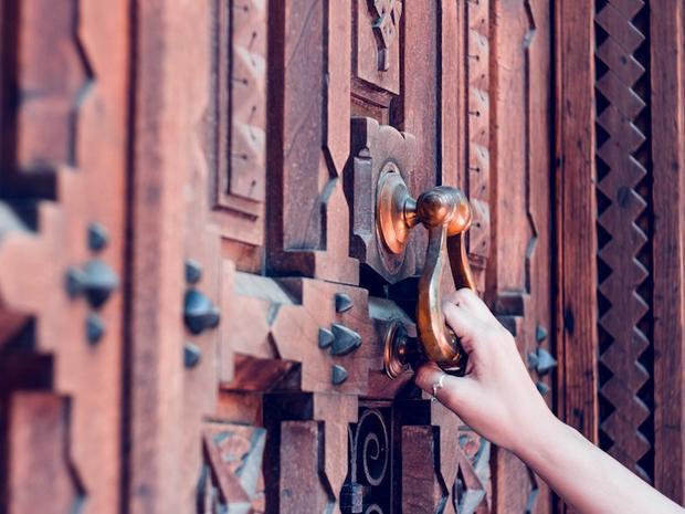 """Người Mỹ thường dùng cụm từ """"knock on wood"""" khi muốn gạt đi những điều không may mắn. Tuy nhiên, tập tục mê tín là gõ khớp ngón tay lên mảnh gỗ để lấy may hay tránh xui xẻo được cho là có nguồn gốc từ châu Âu. Trong thời kỳ Trung cổ, nhiều nhà thờ cho biết họ giữ những mảnh gỗ từ cây thánh giá đóng đinh chúa Jesus và hành động gõ nhẹ lên mảnh gỗ sẽ đem lại may mắn."""