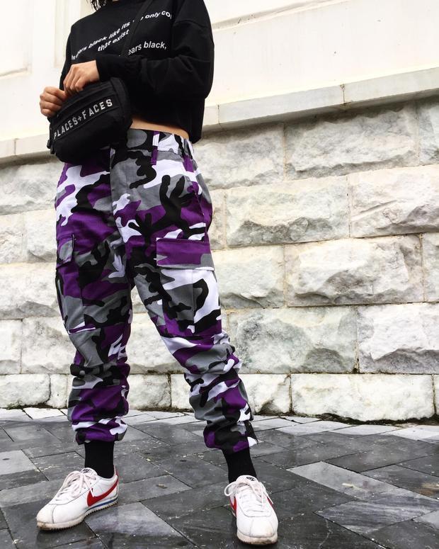 Nếu bạn e dè không dám diện quần camo vì cảm thấy item này quá nam tính, hãy học tập cách mix của cô bạn trong hình. Khi được phối cùng áo croptop dài tay và giày sneaker, chiếc quần camo trở nên đặc biệt và cá tính.
