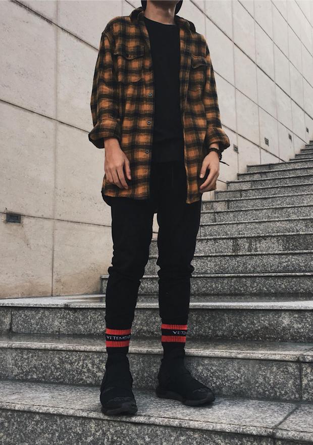 Một chiếc sơ-mi flannel phối cùng áo thun trơn luôn là công thức không bao giờ lỗi mốt mà bạn có thể tin tưởng tuyệt đối.