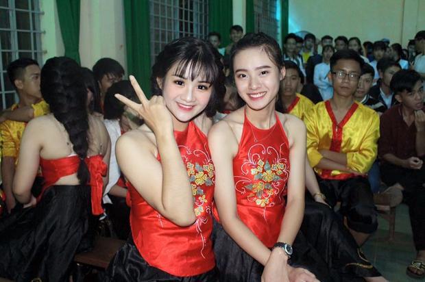 Càng khâm phục hơn, mặc dù có thành tích thể thao ấn tượng nhưng cô gái quê Đắk Nông vẫn cân bằng giữa việc học và thể thao. Minh Anh nhiều năm liền là học sinh khá giỏi. Cô nàng cũng rất tích cực tham gia vào các hoạt động của trường.
