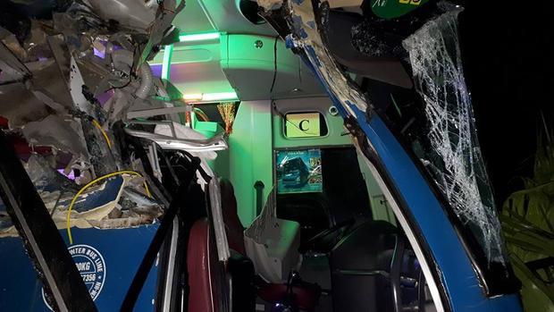 Xe khách nát đầu sau khi đâm đuôi xe tải trước sân bay Nội Bài