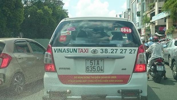 Khẩu hiệu trên nhiều taxi Vinasun có sự khác nhau nhưng nội dung thống nhất, đều thể hiện sự phản đối Uber, Grab.