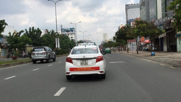 Những chiếc taxi Vinasun dán băng rôn phản đối Uber, Grab chạy khắp Sài Gòn.