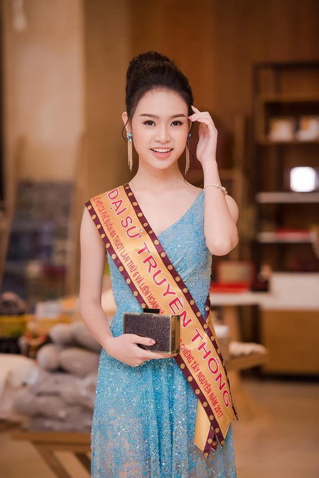 """Phùng Bảo Ngọc Vân - """"Người đẹp truyền thông"""" của cuộc thi Hoa hậu Việt Nam 2016 nhẹ nhàng, thanh khiết khi diện lại bộ cánh này."""