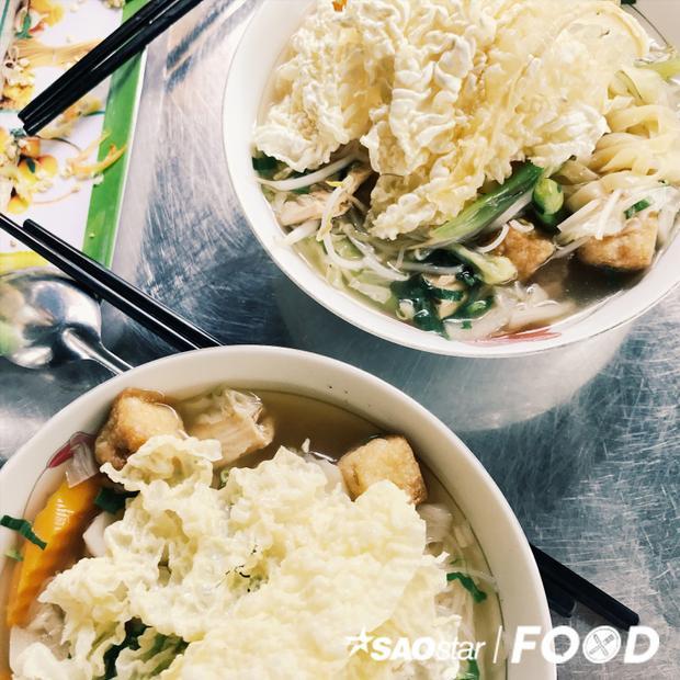 Độc đáo quán hủ tiếu chay chỉ mở hai ngày trong tháng ở hẻm chợ Trương Hán Siêu