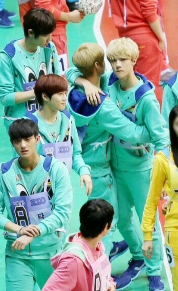 Vẻ mặt của Sehun khi ôm Luhan…