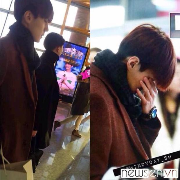 Một vài fan xác nhận Sehun cúi đầu, lau nước mắt khi vô tình xem video Luhan hát ở sân bay sau khi Luhan đã rời nhóm.