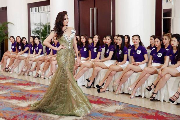 """Không chỉ bị so sánh về """"độ đẹp"""" khi diện lại chiếc váy đuôi cá của Phạm Hương, Mâu Thuỷ còn bị nghi ngờ cố tình tạo chiêu trò để được chú ý."""
