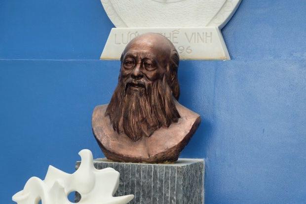 Bức tượng chân dung thầy Cương ở trường THPT dân lập Lương Thế Vinh.