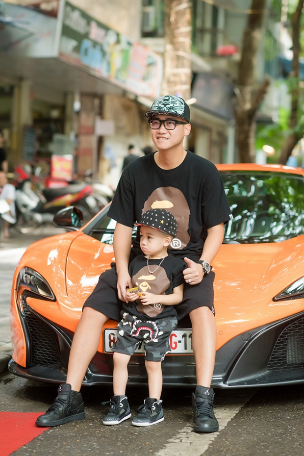 Bình Dương và con trai Ricky mặc ton sur ton từ quần áo đến phụ kiện mũ, giày.