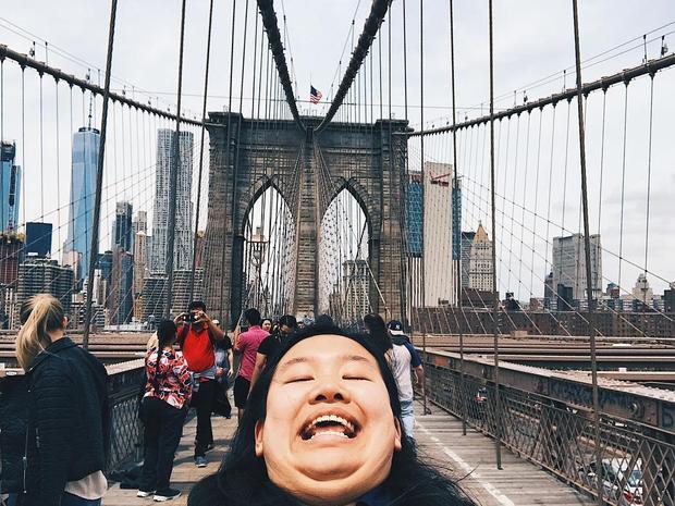 Cô nàng siêu hài hước với loạt ảnh Cằm hai ngấn đi khắp thế gian